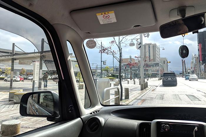 小松駅前の道路を走行