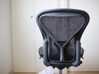 ついにパソコンの椅子をアーロンチェアに昇格!これで腰も痛くならないかな